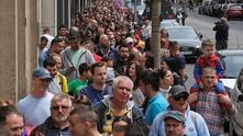 Румънци чакат да гласуват пред посолството на страната в Берлин
