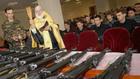 Руски свещеник осветява оръжия