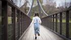 дете на мост