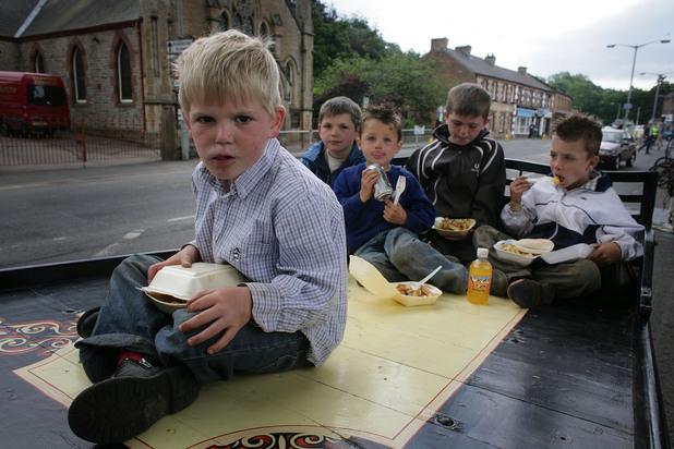 Ромски деца в каравана