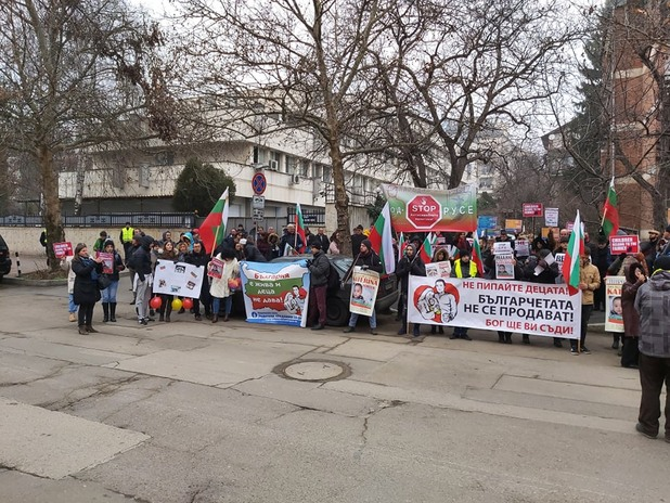 Протест срещу отнемането на деца